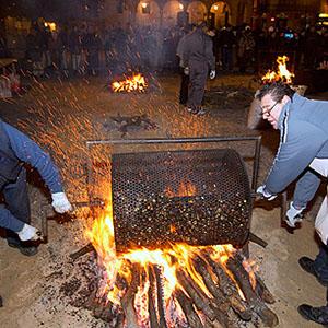 El Centro de Iniciativas Turísticas de Zamora y municipios limítrofes celebra el tradicional magosto, con el asado de mil kilos de castañas en la Plaza Mayor de Zamora.